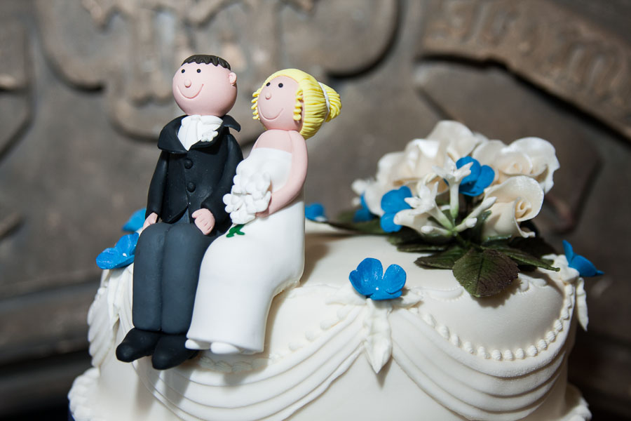 010_bride_groom_wedding_cake.jpg